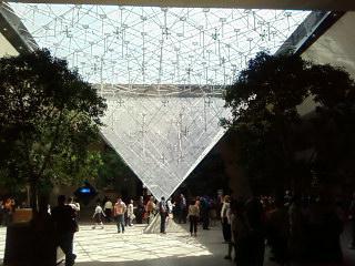 La pyramide du louvre vue de l 39 int rieur 100 n 39 importe quoi for Interieur pyramide